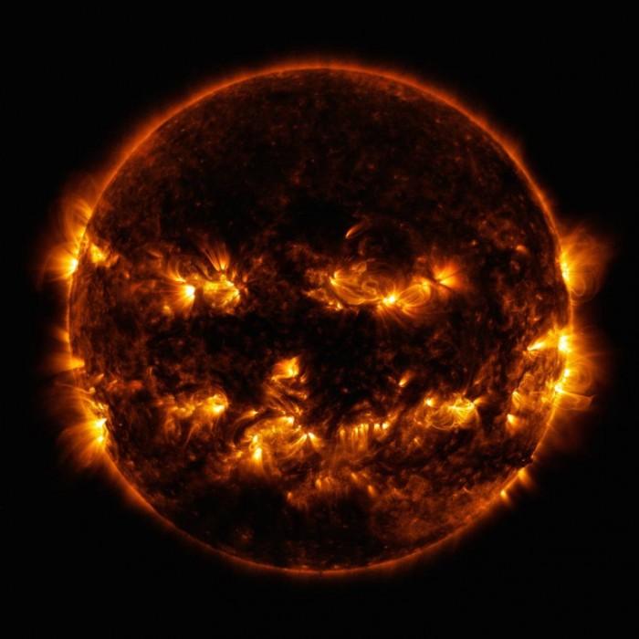 "NASA發布太陽""怪異""照 看似最佳的萬聖節南瓜燈"