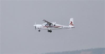 我自主研發新能源四座電動飛機首飛