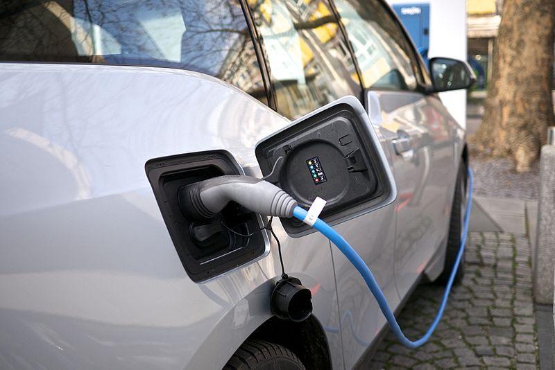 車商化敵為友挑戰Tesla,共同發展電動車充電網