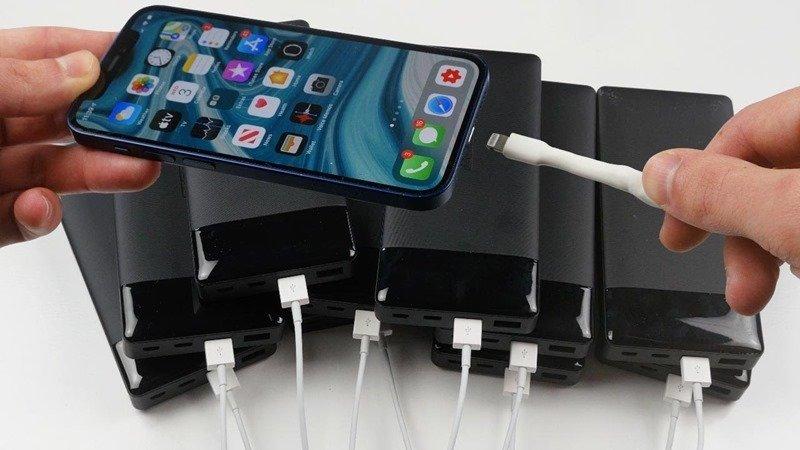 一次 10 台行動電源同時充電 iPhone 12 Pro Max 會比較快嗎?國外 YouTuber 還真的實測了
